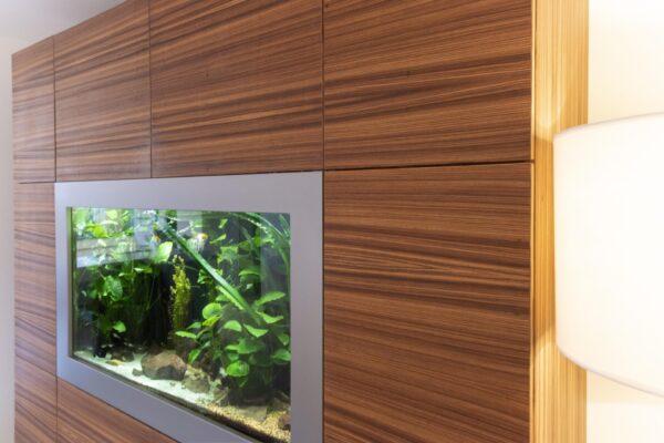 Schrank mit Aquarium