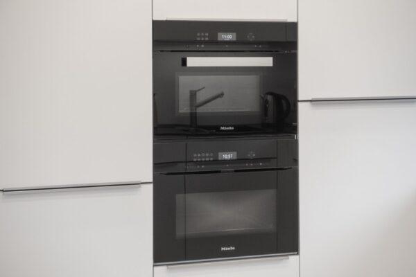 Küche mit weißer Küchenfront